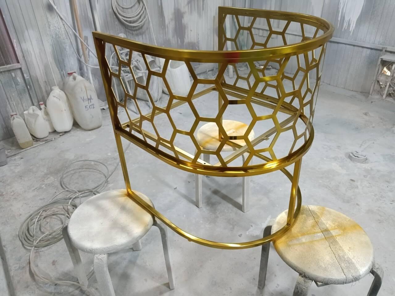 Metal-Chair_shiny-Brass-finish